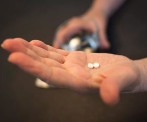 12 Signs Someone is Addicted to Pain Pills